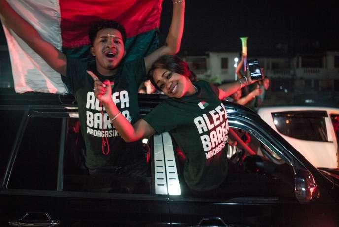 Les fans des Zébusfêtent la victoire de leur équipe dans les rues d'Antananarivo, le 7juillet 2019.