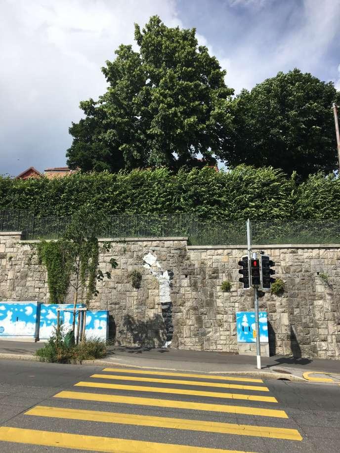 « Place to Live». La petite fille espiègle créée par les artistes Maria Vill et David Mannstein a pris possession de plusieurs murs de la ville afin d'attirer le regard– et le changer... – sur ces herbes dites« mauvaises» qui poussent dans les interstices.