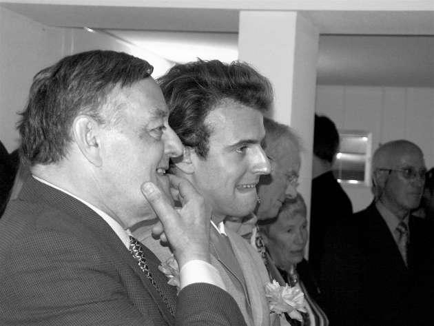 Robert Piumati et Emmanuel Macron, le 11 juin 2005, dans l'Aveyron, à l'occasion du mariage de Marc et Sophie Ferracci.