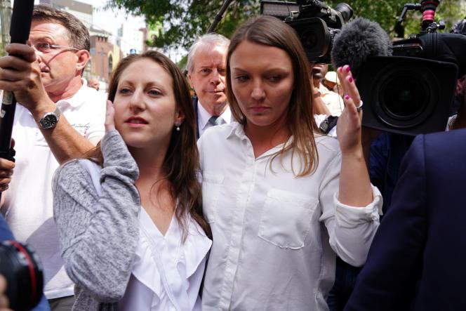 Michelle Licata et Courtney Wild, deux victimes présumées, quittent le palais de justice après la suite de la mise en accusation de Jeffrey Epstein.