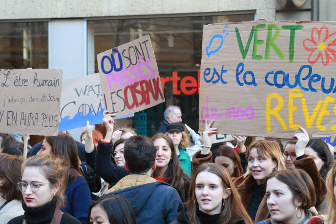 Demonstration against climate change before the Ministry of Ecology, February 15 in Paris.