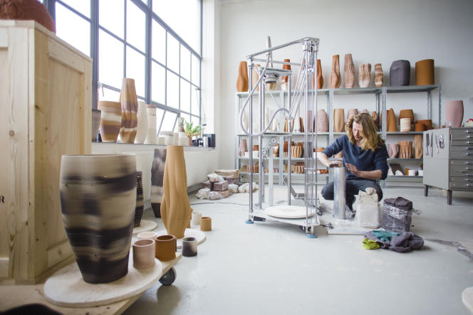 Olivier van Herpt, designer-chercheur spécialiste de la céramique imprimée en 3 D, dans son atelier.