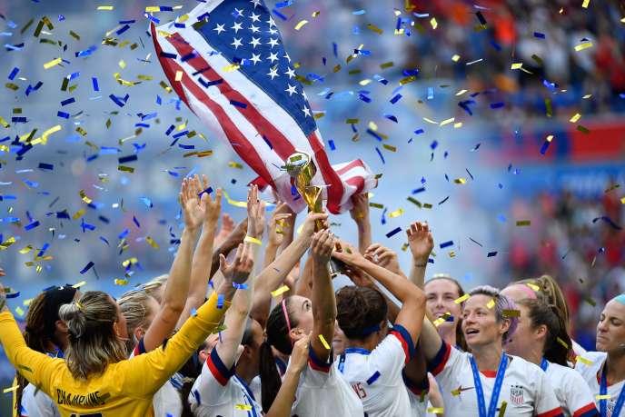 Les footballeuses américaines après leur victoire lors de la Coupe du monde, à Lyon, le 7 juillet.