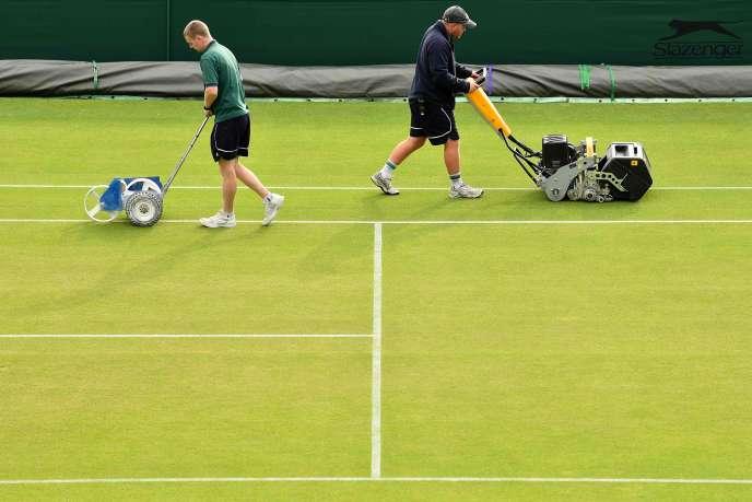 Le gazon d'un court du All England Tennis Club à Wimbledon, au sud-ouest de Londres, est préparé pour le tournoi, le 8 juillet.