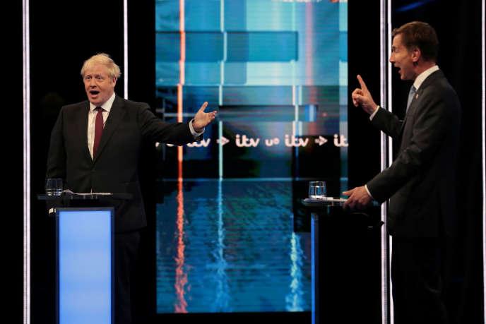 Boris Johnson face à Jeremy Hunt, actuel ministre des affaires étrangères, le 9 juillet lors d'un débat à la télévision britannique.