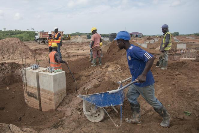 Le chantier de construction de l'usine Greenfields Pineapple, à Ekumfi, dans le sud du Ghana, en juin 2018. Le site est l'un des premiers du programme « One district,one factory », mis en place par Accra.