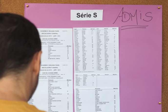 Un lycéen regarde les résultats du bac 2019 à Tours, le 5 juillet.