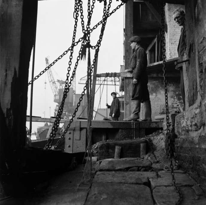 Les docks de Londres, sur la Tamise, après la seconde guerre mondiale.