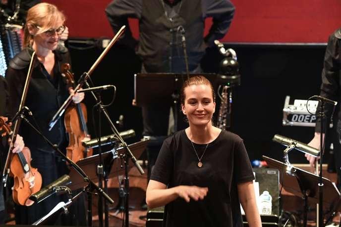 Elena Schwarz dirige « Les Mille endormis », le 3 juillet, à Aix-en-Provence.