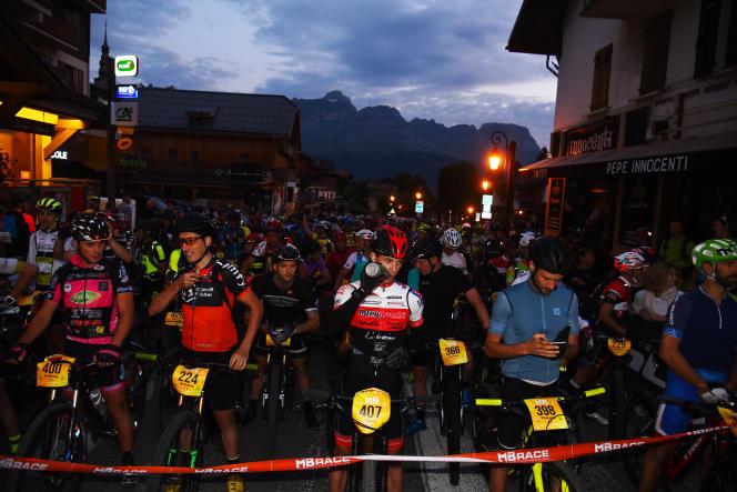 Les 1 340 participants de la MB Race s'apprêtent à partir, de Combloux (Haute-Savoie), à quelques kilomètres de Megève, le 5 juillet.