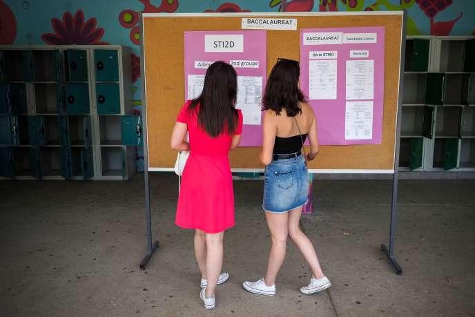 Des lycéennes consultent leur résultat au baccalauréat, à Tours, le 5 juillet.