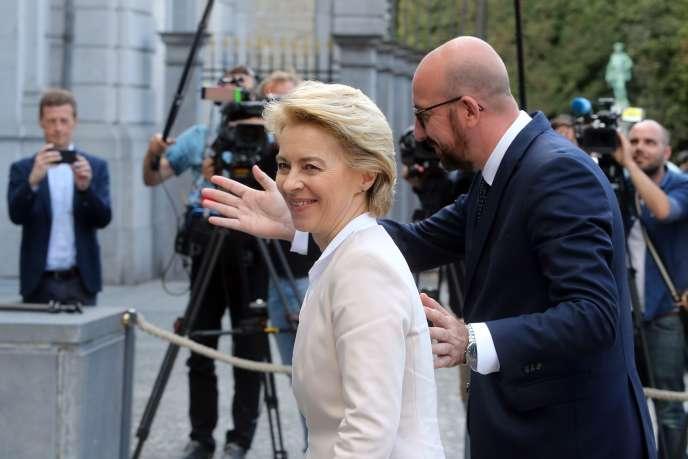 Le président désigné du Conseil européen, Charles Michel, accompagne Ursula von der Leyen, la présidente désignée de la Commission, à une réunion au palais Egmont, à Bruxelles, le 8 juillet 2019.