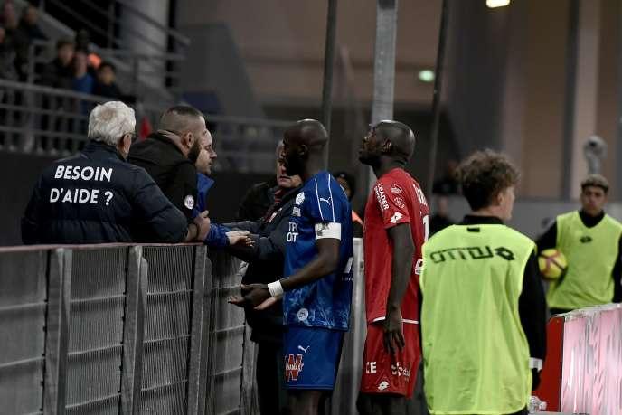 Le match Amiens-Dijon a été interrompu, le 12 avril, après que le capitaine de l'équipe picarde, Prince-Désir Gouano, a fait l'objet de cris racistes.