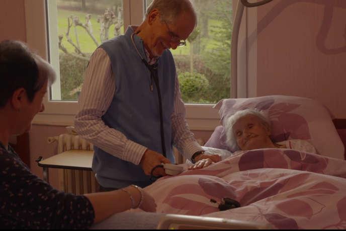 Patrick Laine avecl'une de ses patientes.