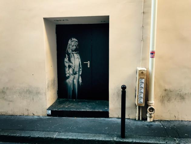 La madone peinte sur l'issue de secours du Bataclan en hommage aux victimes des attentats du 13novembre 2015, à Paris.