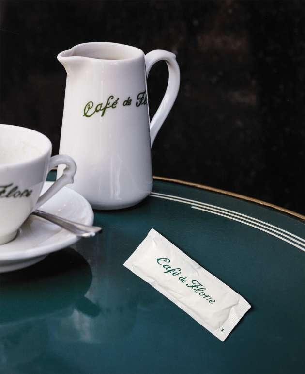 Tasse à café en porcelaine, 40 €, et petit pot canette en porcelaine, 29 €. shop.cafedeflore.fr