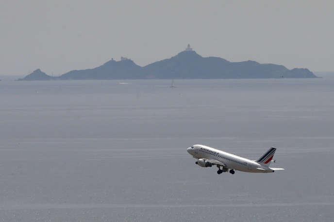 L'aviation civile est responsable de 4,9% du réchauffement climatique, selon les calculs du GIEC. Ici, un avion quitte l'aéroport d'Ajaccio en juin 2019.