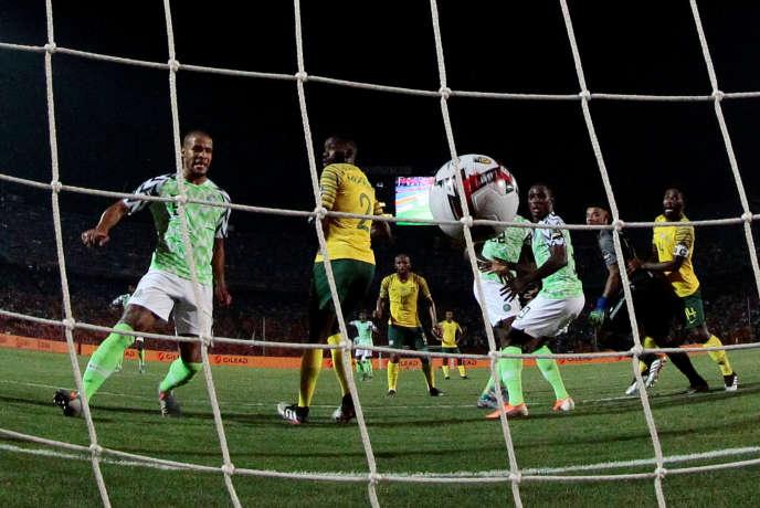 Le but de la victoire et de la qualification du Nigeria pour les demi-finales grâce àWilliam Troost-Ekong (maillot vert, à gauche), décisif en fin de match contre l'Afrique du Sud, au Caire, le 10 juillet.