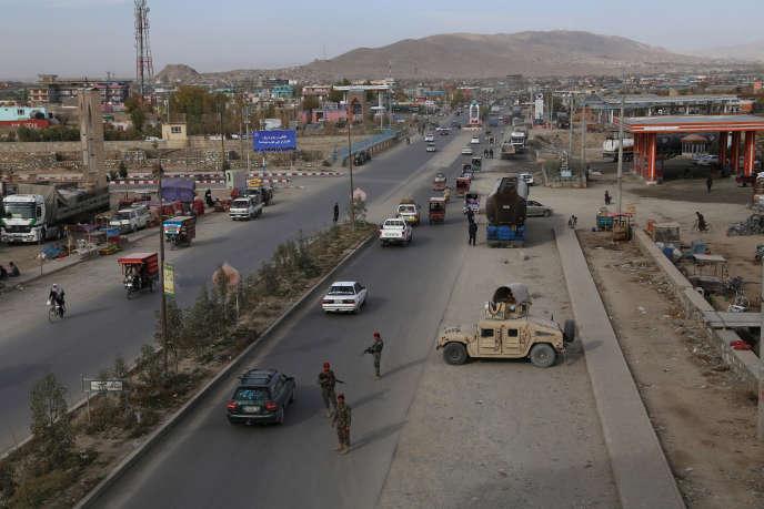 Des services de sécurité afghans contrôlent des voitures à Ghazni, dans le centre du pays, en octobre 2018.