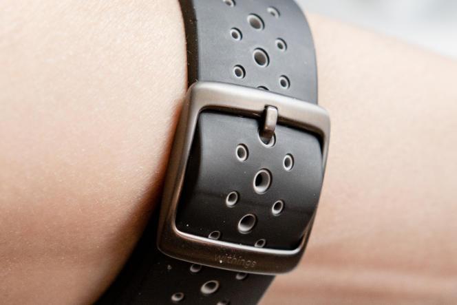 La Steel HR est pourvue d'un bracelet en silicone aéré et confortable de 18 ou 20 mm de large, selon la taille du cadran.