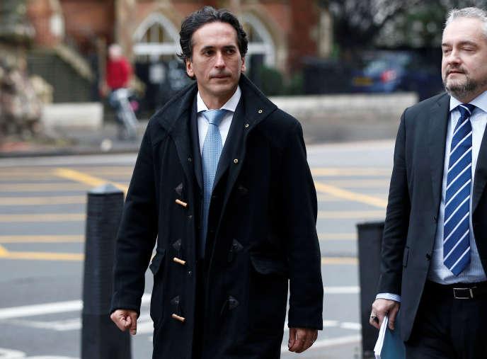 Philippe Moryoussef (au centre), ancien trader de chez Barclays et accusé dans le scandale de l'Euribor, quitte le tribunal de Londres, le 11 janvier 2016.