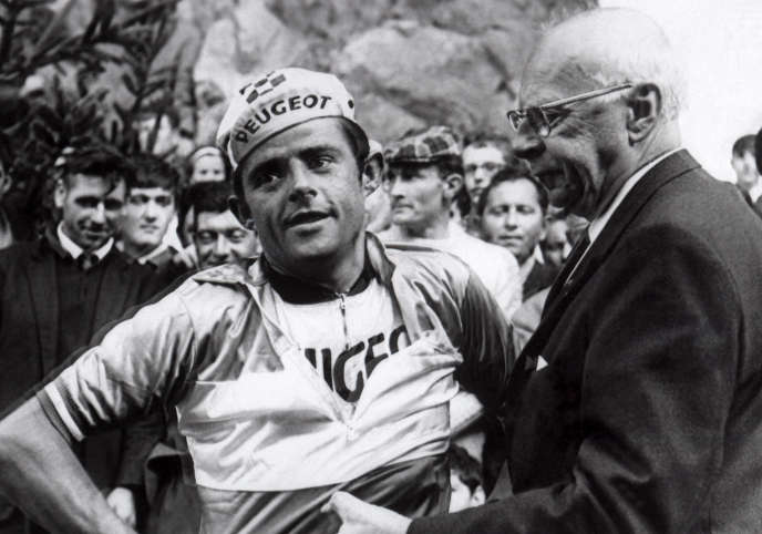 Désiré Letort, champion de France le 18 août 1967 à Felletin, endosse le maillot après sa victoire. Peu après, Letort a été contrôlé positive aux amphétamines.