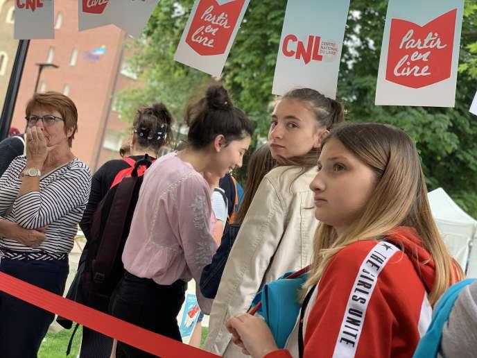 Des adolescentes à Partir en livre, à Dunkerque, le 10 juillet.