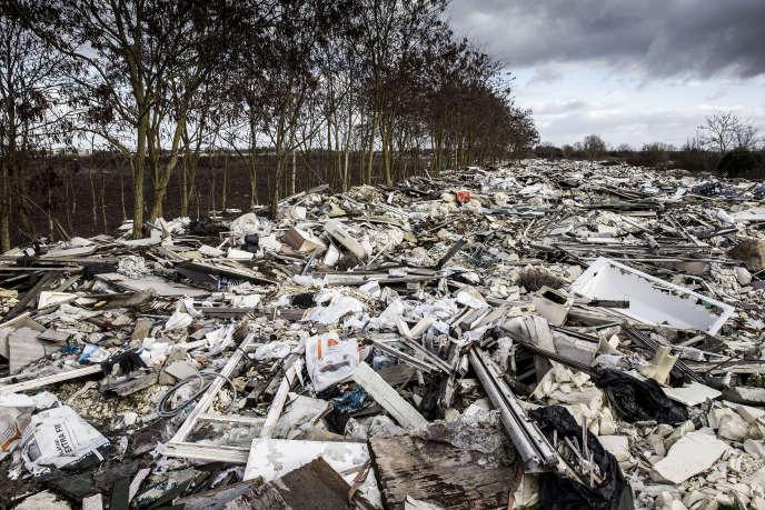 Depuis une décennie, des entrepreneurs vident leurs déchets, souvent issus du BTP, dans cette décharge sauvage deCarrières-sous-Poissy ( janvier 2019)