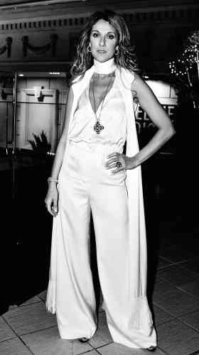 Onze ans ont passé et Céline Dion n'a même plus besoin de nom de famille. Elle est Céline, l'icône, en tête des charts dans tous les pays et sur scène à Las Vegas toutes les semaines. Mais ne comptez pas sur elle pour se laisser aller. Le pantalon large et taille haute qu'elle porte ici, par exemple, est un palazzo, soit le pantalon que les élégantes des années1930 enfilaient quand elles ne voulaient pas mettre de jupe. Pour entrer dans certains restaurants refusant les femmes en pantalon, il leur suffisait de serrer les jambes pour donner l'impression de porter une jupe.