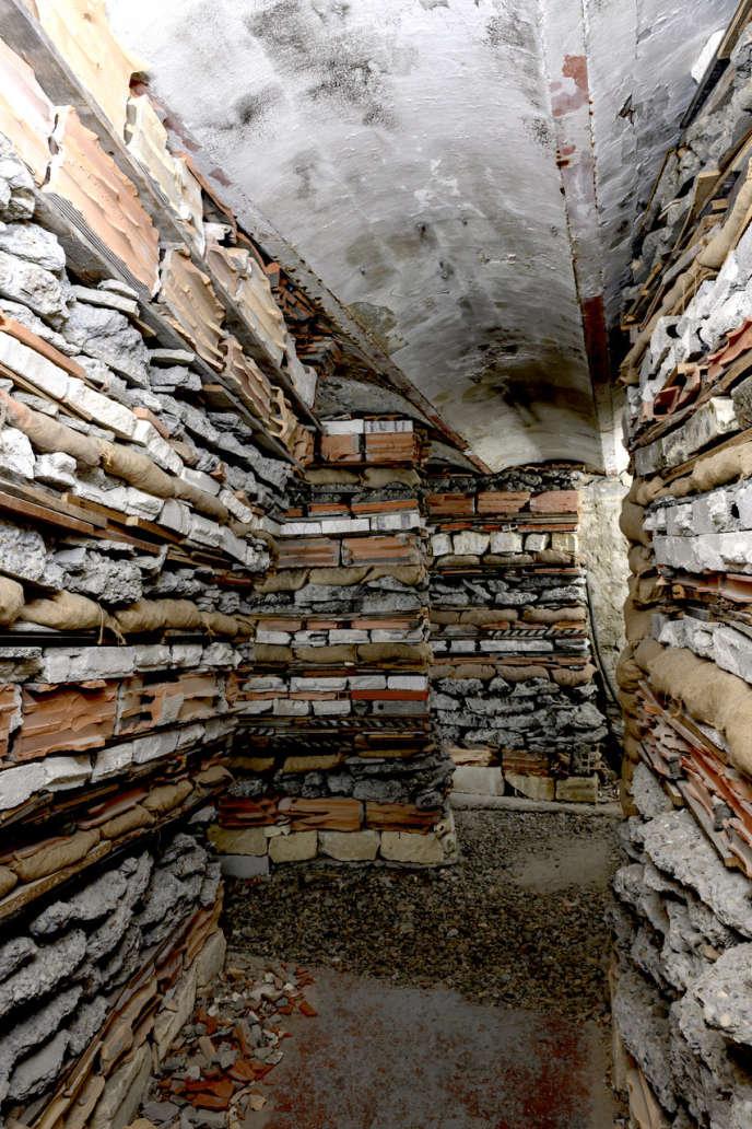 Les empilements de gravats réunis par Marjan Teeuwen pour son installation «Destroyed House», aux Rencontres d'Arles.