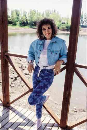 Vous avez la nostalgie des années1980 ? Ne bougez pas. Tout est là, sur cette jeune fille, canadienne, chanteuse, pleine de talents, d'espoirs et d'ambitions. Céline Dion a 19ans et, pour être à la mode, elle a enfilé la panoplie complète de l'époque: veste en jeans stonewhashed, jeans en Spandex imprimé, ceinture western blanche, cheveux frisés et yeux au khôl… Tout est là. Même les collar tips en métal, typiques des chemises d'apparat des cow-boys.