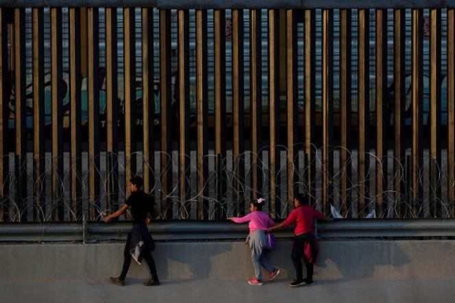 Une famille d'immigrants marche le long de la frontière à Ciudad Juarez, juillet 2019.
