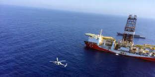 Un hélicoptère vole près d'un bateau de forage turc près de Chypre, le 1er juillet 2019.