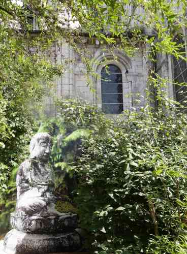 Ce Bouddha paisible, dont la photographie se confond avec la végétation, est-il aussi ancien que l'abbaye?