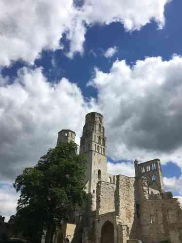 Erigée en style roman et consacrée au XIe siècle, l'abbatiale Notre-Dame de Jumièges a été en partie reconstruite au XIIIe.