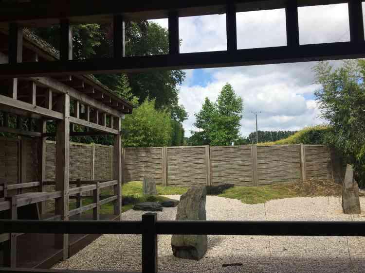 La maison de thé et le jardin zen délimitent un espace de quiétude et de paix.