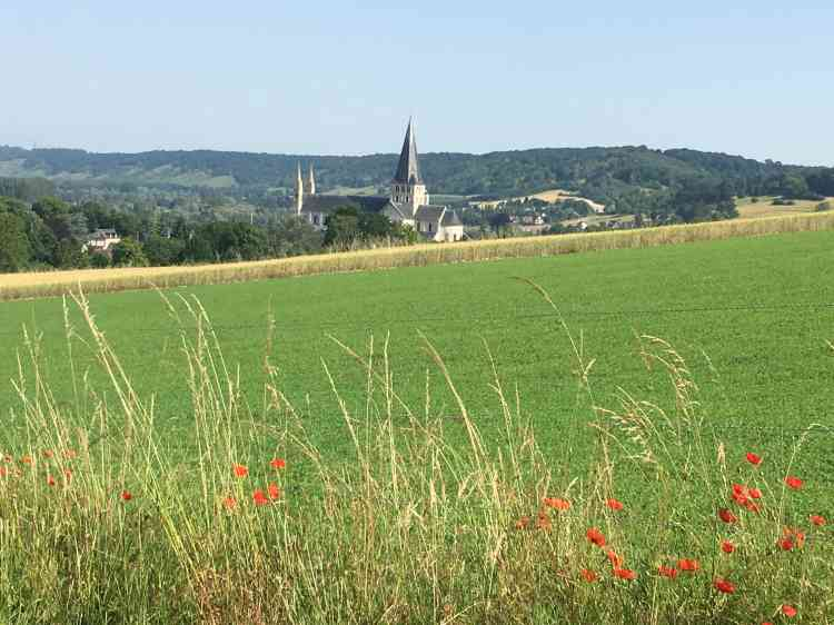 L'édifice bénédictin apparaît dans un paysage normand préservé.