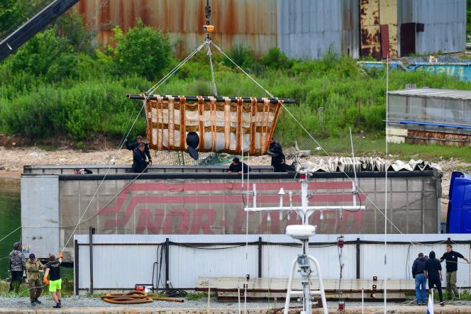 Une orque est chargée dans une remorque transformée en aquarium sur le site où les animaux marins étaient tenus en captivité dans la baie de Sredniya, Russie, le 11 juillet 2019.