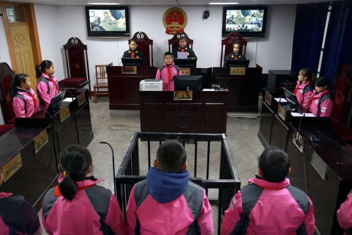 « Journée de la Constitution chinoise », dans une école primaire de la préfecture d'Aksou, dans le Xinjiang (Chine), le 3 décembre 2018.