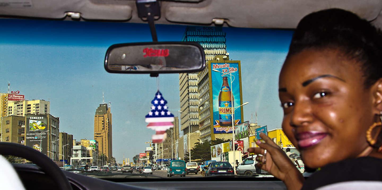 Kezy dans un taxi sur le boulevard du 30 juin à Kinshasa.