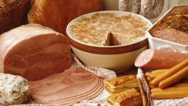 Composition charcuterie : jambon blanc, saucisses, patés, saucisson à l'ail, friands, rillette, saucisse sèche, saucisson, jambon cru.