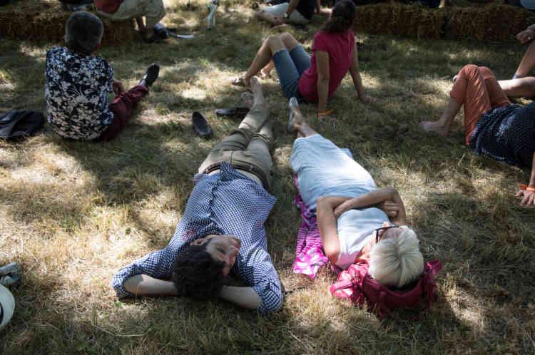 A Couthures-sur-Garonne, on peut écouter les conférences allongés les pieds dans l'herbe.