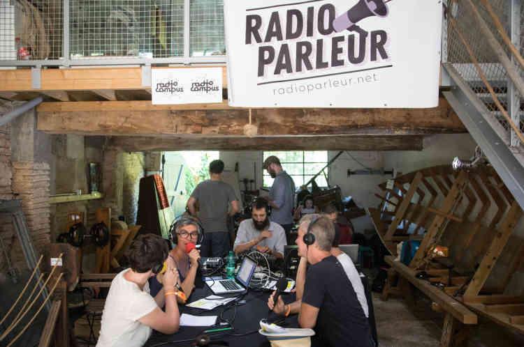 Enregistrement de Couthures-sur-Radio, une radio éphémère au cœur du festival, à la Corderie.