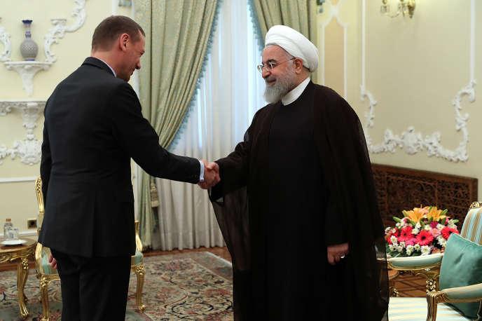 Le conseiller diplomatique de l'Elysée, Emmanuel Bonne, et le président iranien, Hassan Rohani, mercredi 10 juillet, à Téhéran.