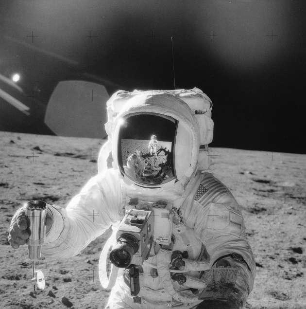 Probensammlung während der Apollo-12-Mission im November 1969.