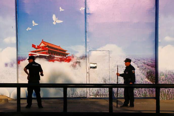 Des gardes devant un des centres de rééduction dans le xian de Huocheng, un district administratif de la région autonome du Xinjiang (Chine), en 2018.