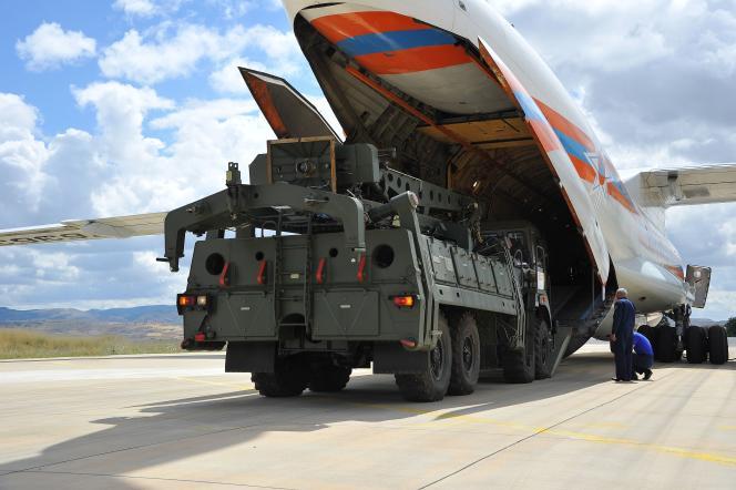 Livraison d'un système de missiles russe S-400, à Ankara, le 12 juillet 2019.