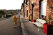 Jeanine Belleperche, 63 ans, rentre chez elle à Flixecourt (Somme) après une journée de travail, le 3 juin.