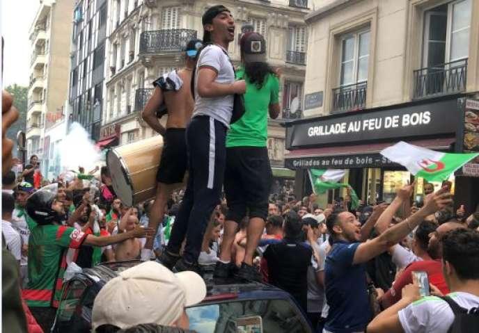 A Barbès, à Paris, les fans des Fennecs d'Algérie étaient venus supporter leur équipe de football qui affrontait la Côte d'Ivoire en quarts de finale de la CAN, en Egypte, le 11 juillet 2019.