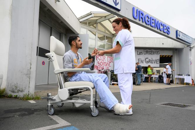 Comme plus de 200 services en France, les urgences du Centre hospitalier de Saint-Martin-de-Ré (Charente-Maritime), sont en grève, le 12 juillet.